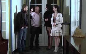 Angelina encul&eacute_e standard above average son petit ami pendant la visite d'_une maison.